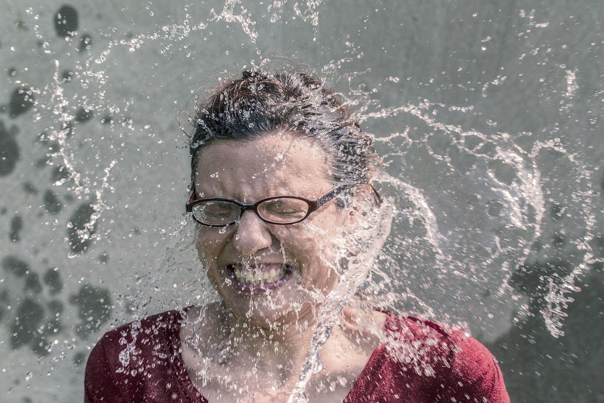 yüze su çarpmak